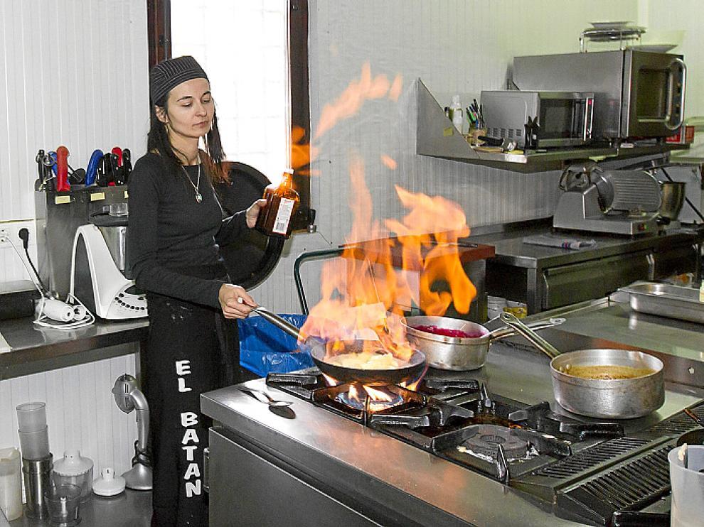 María José Meda, preparando un flambeado en la cocina