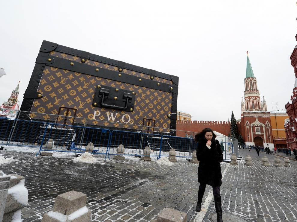 El Kremlin pide que se retire de la Plaza Roja un 'baúl' gigante