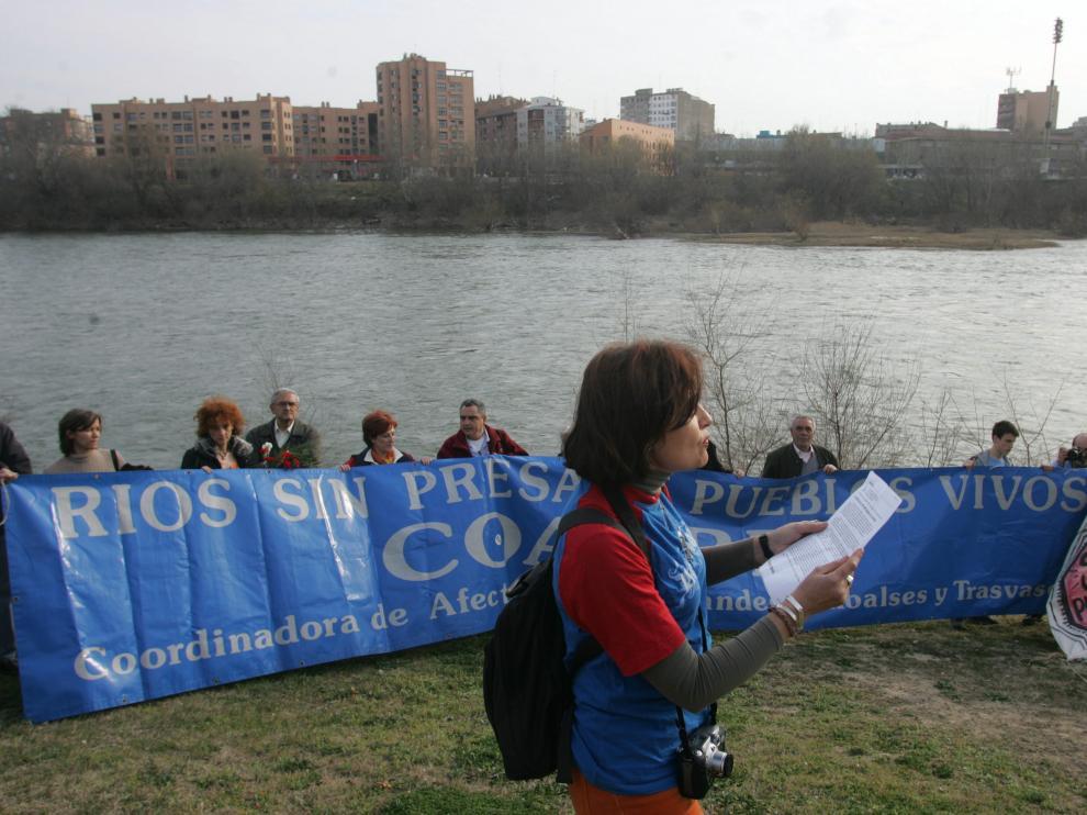 Protesta contra los trasvases junto al Ebro