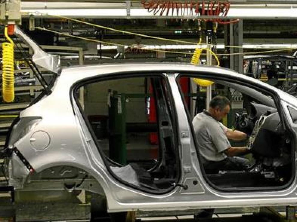 Un trabajador en la cadena de montaje de GM