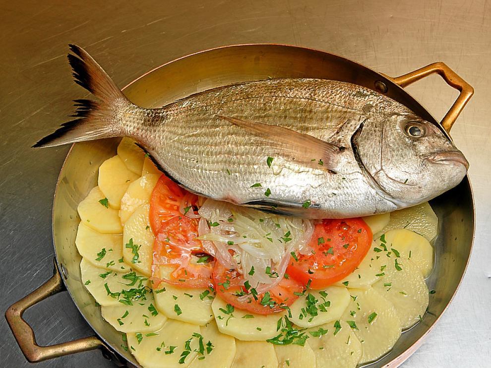 Los expertos aconsejan elegir carne o pescado al horno como plato principal.