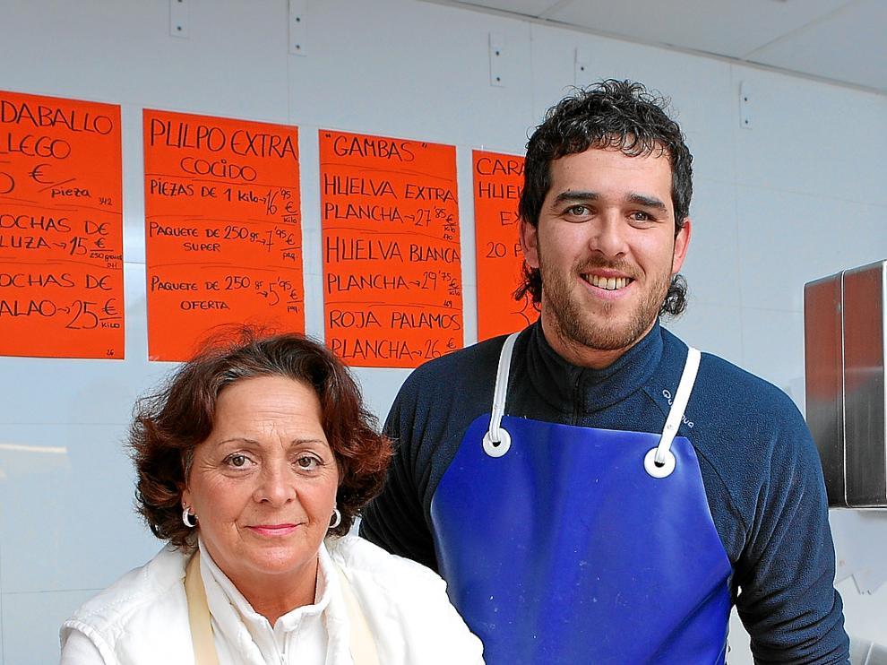 Consuelo Casanova y Darío Bernad, en la pescadería La Mar, de Zaragoza