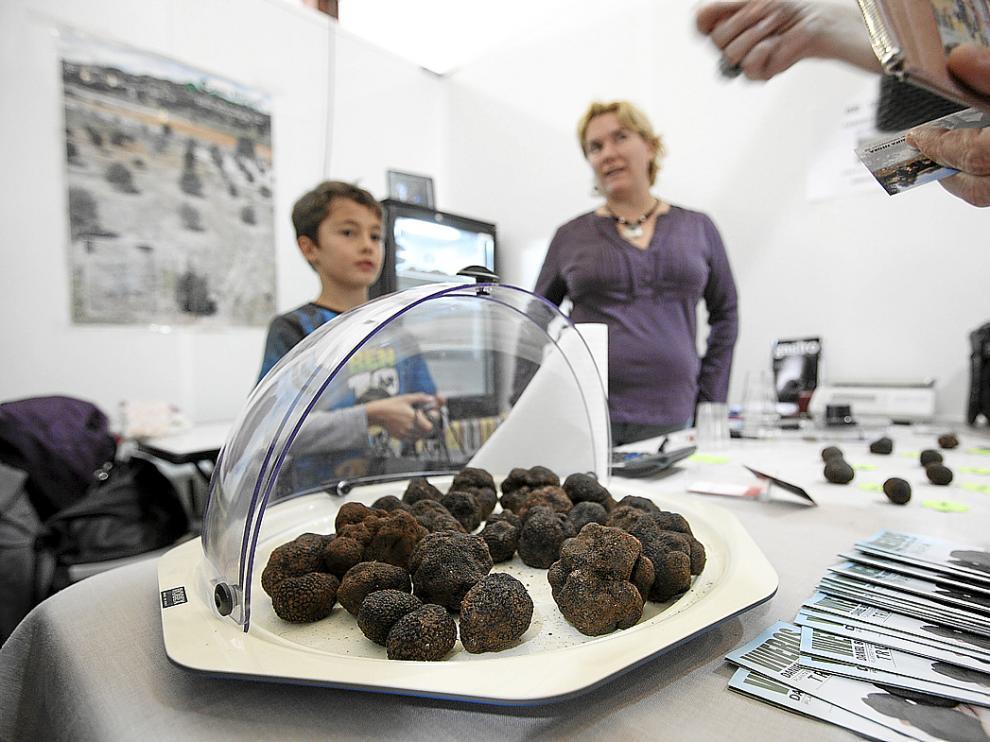 Las trufas son el producto principal en todos los expositores de la Feria de Sarrión