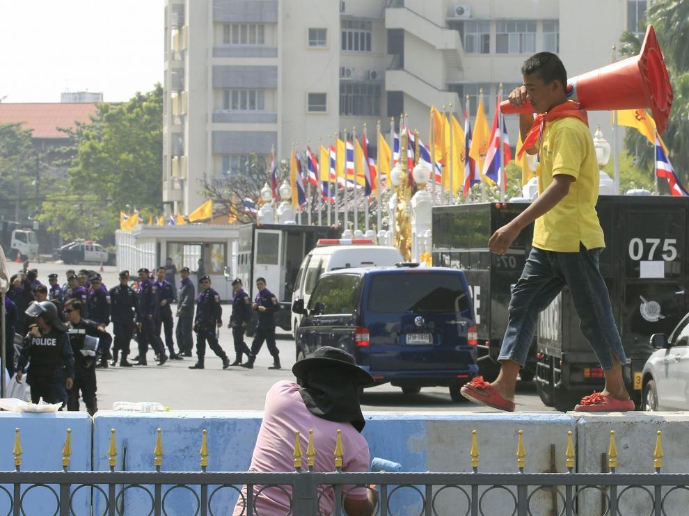 Manifestantes y policías en Bangkok
