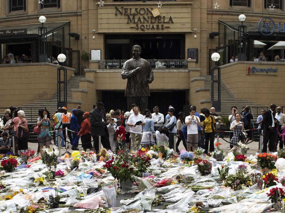 Flores para Mandela en una plaza de Johannesburgo