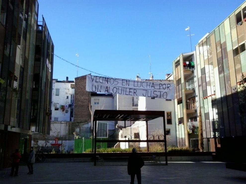 Pancartas de los inquilinos de Zaragoza Vivienda