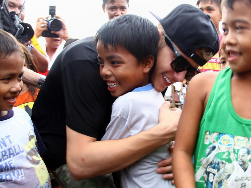 Justin Bieber abrazando a niños filipinos
