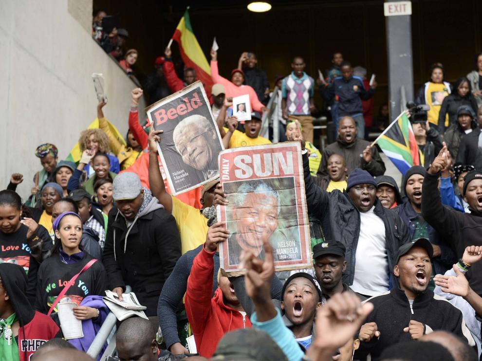 Miles de sudáficanos rinden homenaje a Madiba
