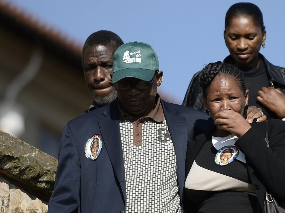 Una mujer llora tras despedirse del cuerpo de Mandela