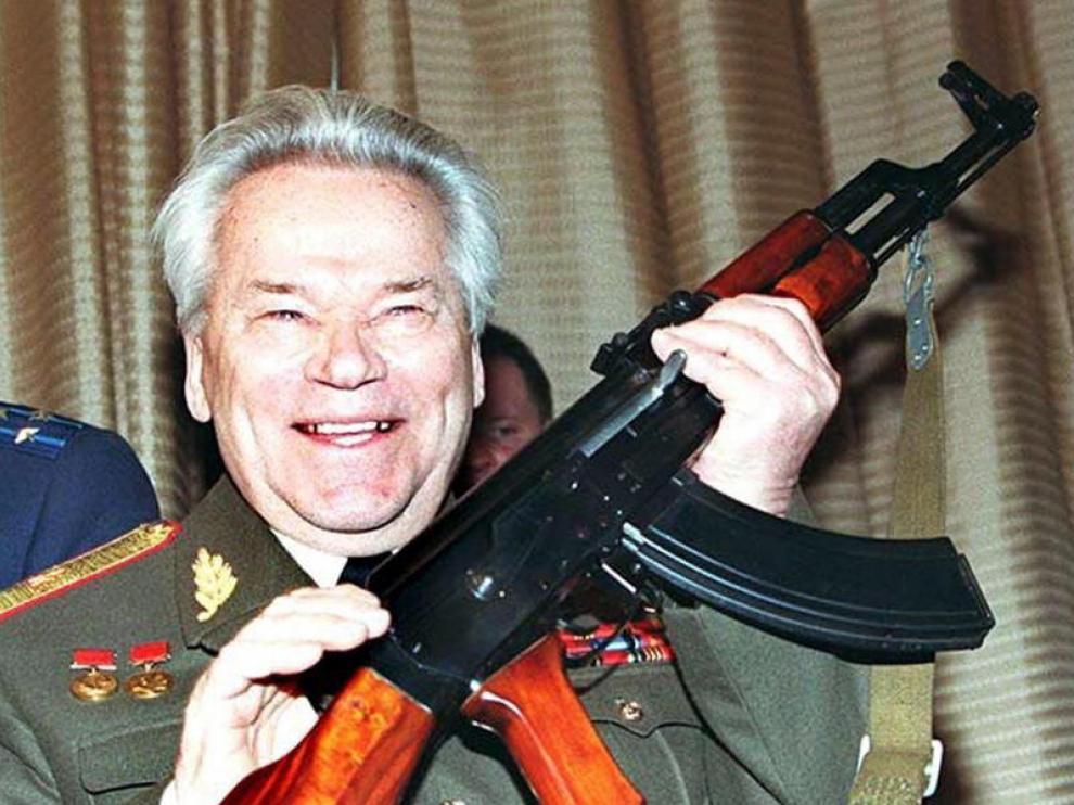 El diseñador de armas ruso Mijail Kaláshnikov,