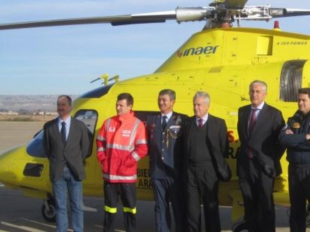 Autoridades junto al helicóptero medicalizado