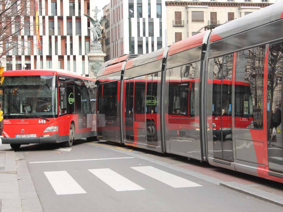 Autobús y tranvía cortando el tráfico