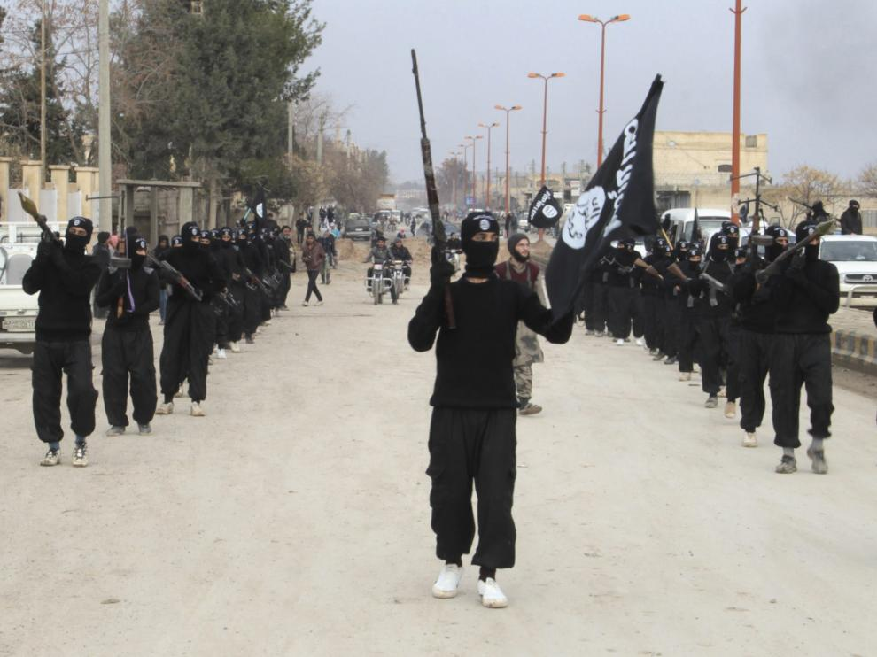 Miembros del Estado Islámico de Iraq y Siria desfilaron por la localidad siria de Tal Abyad