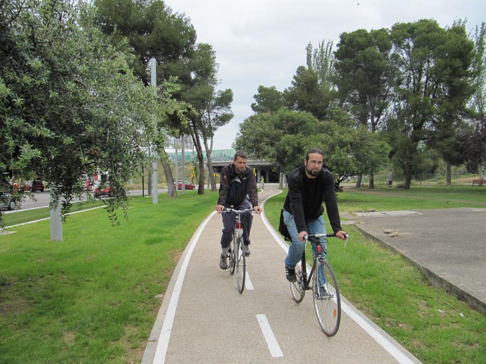 Ciclistas por el carril bici de Zaragoza.