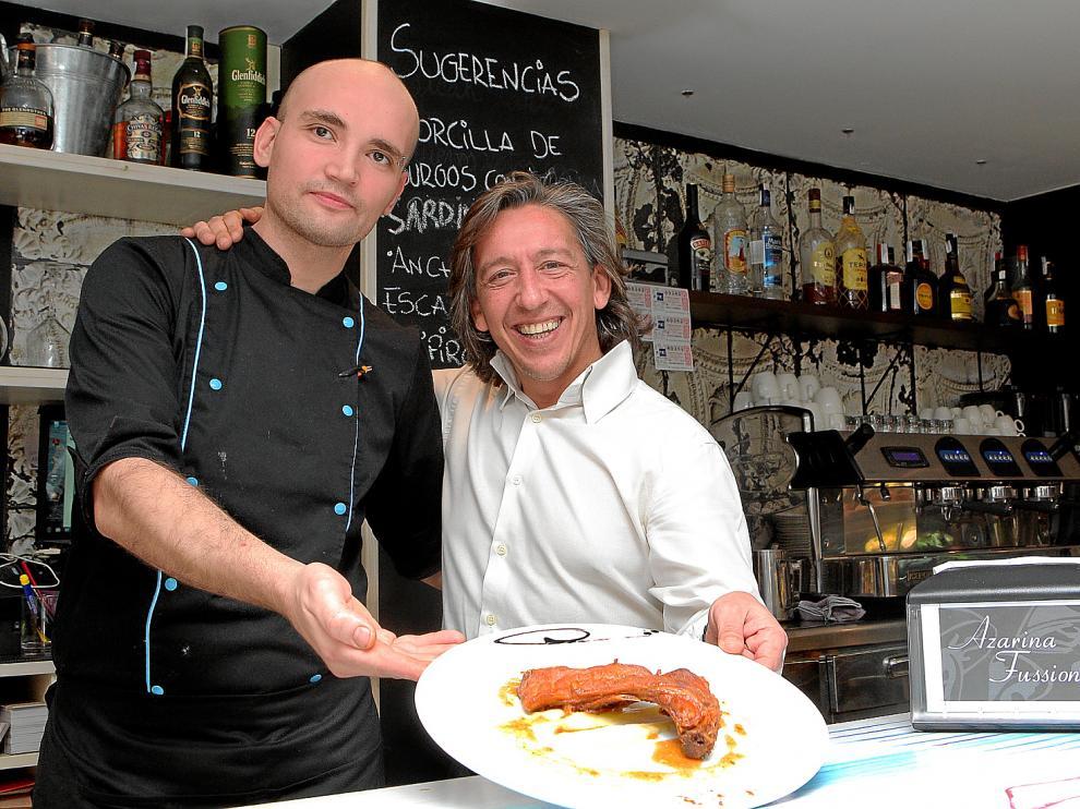 Ismael Herrero y Pedro Ruiz, del restaurante Azarina Fussion, con el plato elaborado con la receta de manzana