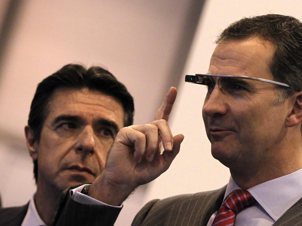 El príncipe prueba las gafas de Google