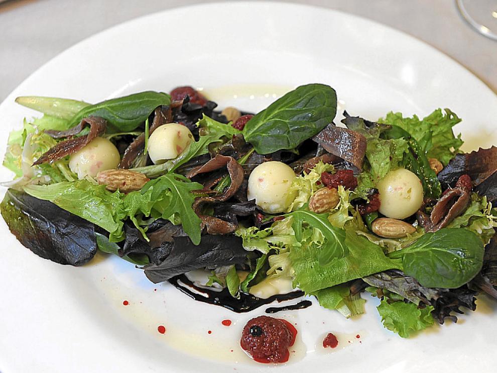 Ensalada de brotes, anchoas, queso, almendra y frambuesas