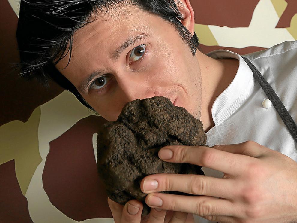 Manuel Barranco, chef de La Granada, con el magnífico ejemplar de trufa negra.