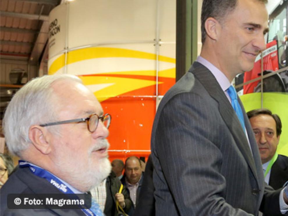 El Príncipe Felipe y el ministro de Agricultura saludan a los representantes del sector en la inauguración ayer de FIMA 2014