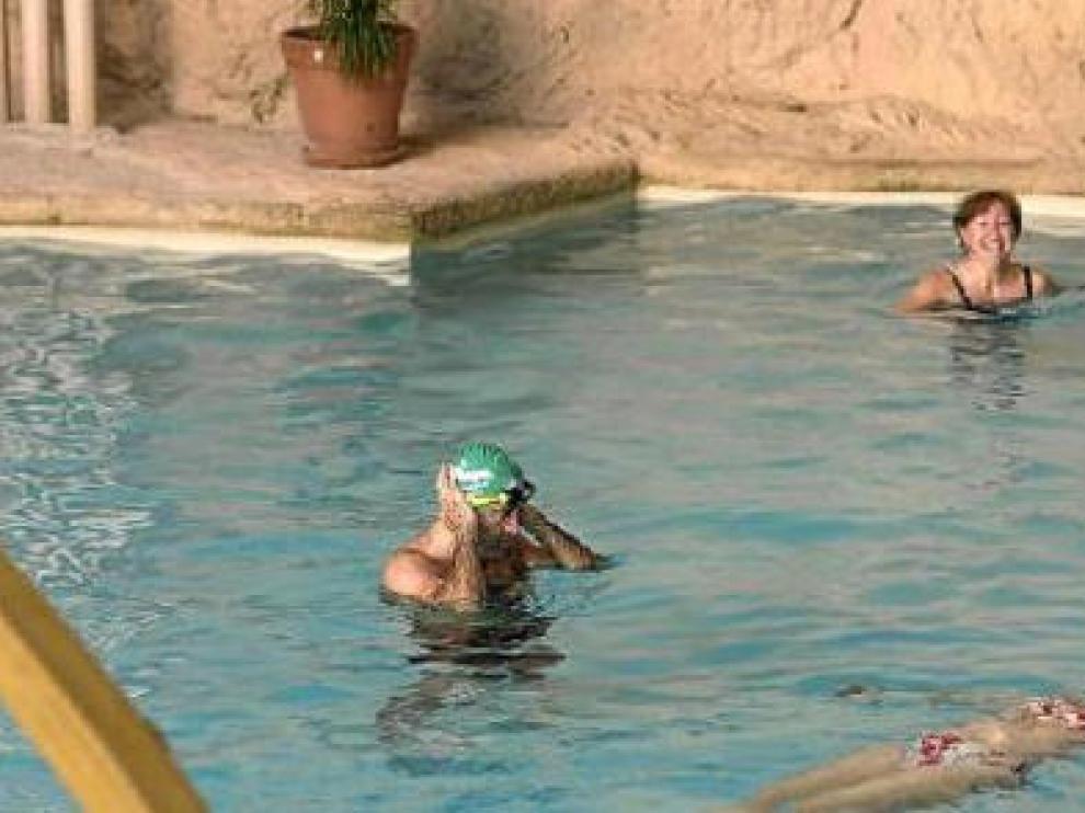 Clientes tomando un baño en el balneario de Sicilia