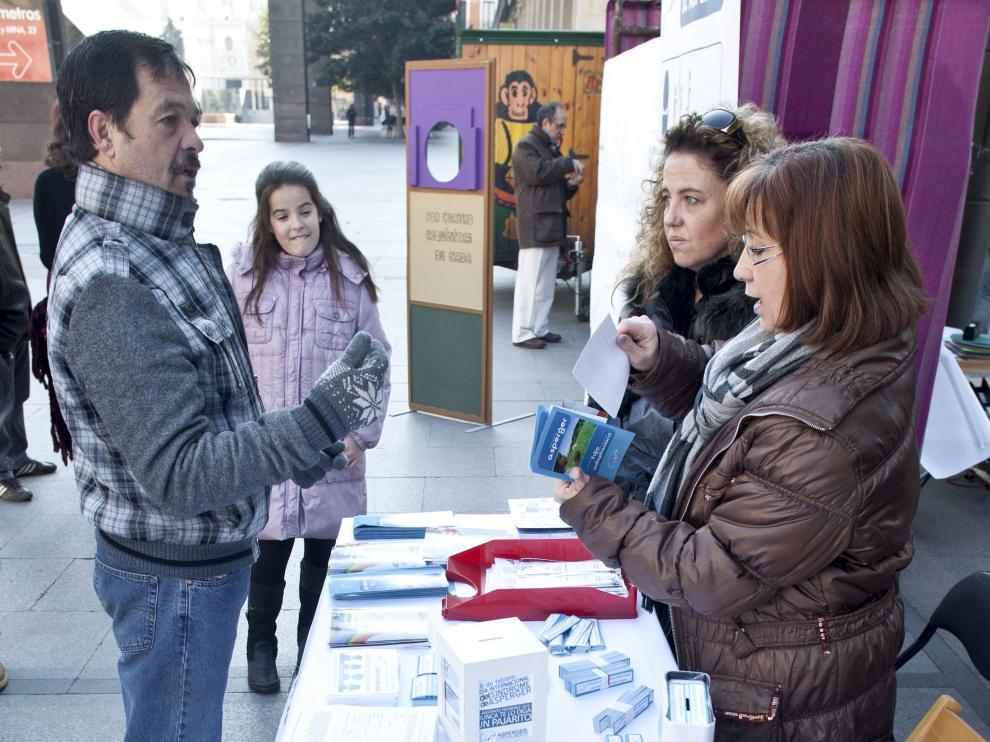 Mesa informativa sobre el síndrome de Asperger. Actos de otros años por el Día Internacional del Síndrome de Asperger.