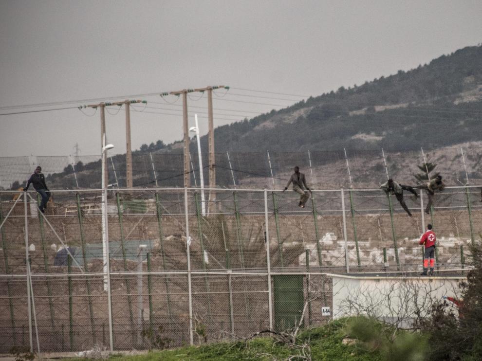 Un grupo de inmigrantes saltando la valla en Melilla