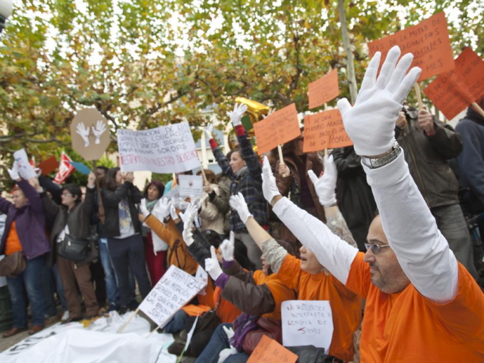 Un protesta de afectados por los retrasos del IAI