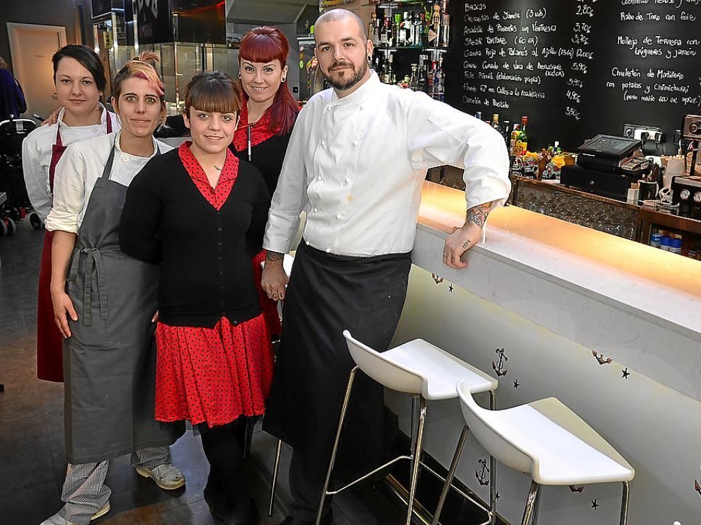 Arancha Sainz y Tonino Valiente, junto al equipo del bar Tatau Bistró de Huesca