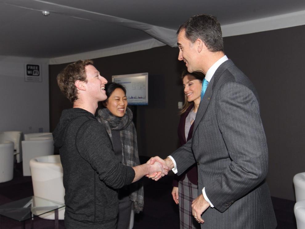 Don Felipe estrecha la mano al fundador de Facebook.