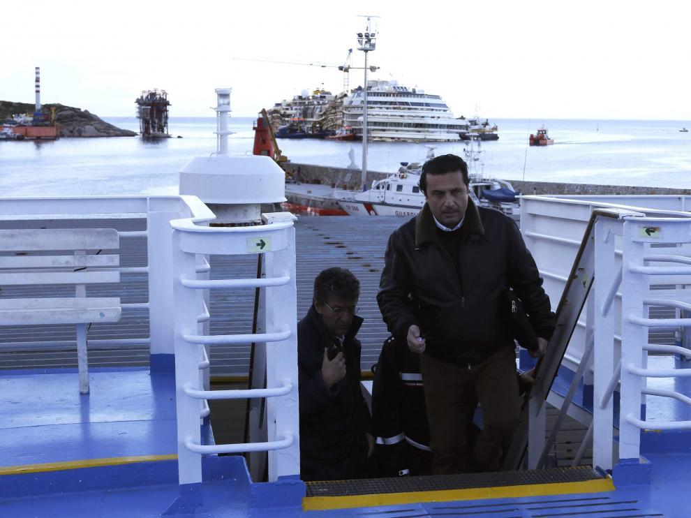 Schettino subió a la cubierta del barco, estancado en la isla de Giglio