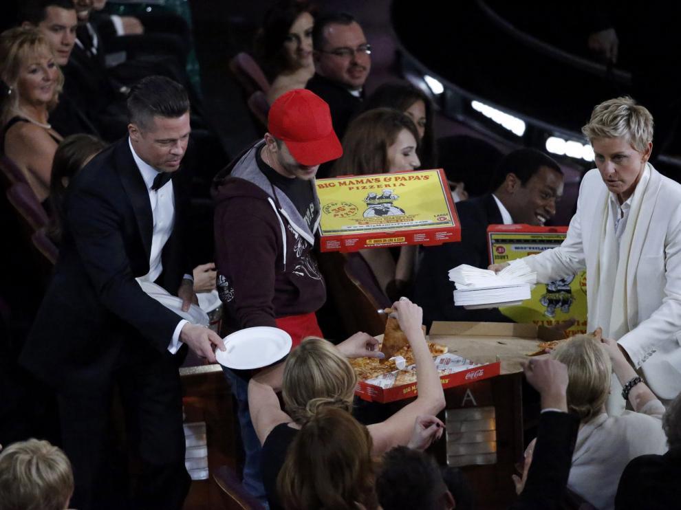 La presentadora repartió pizza entre los asistentes