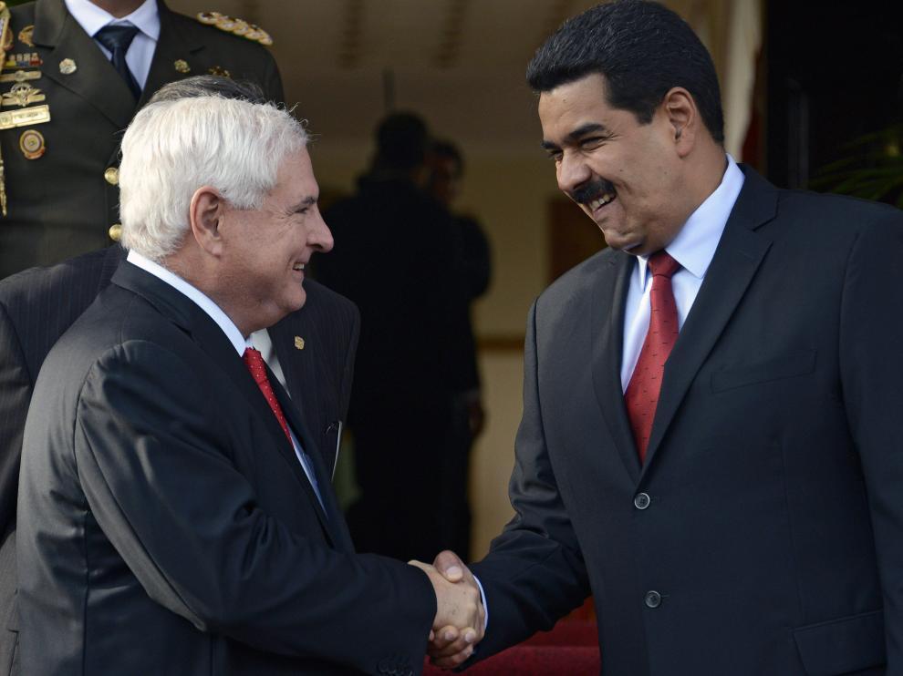 Nicolas Maduro (R) con el presidente de Panamá Ricardo Martinelli