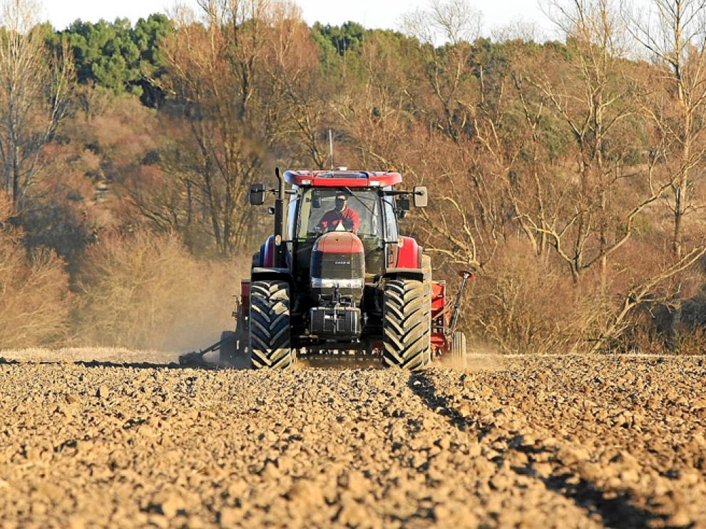 Un tractor en tierras sorianas