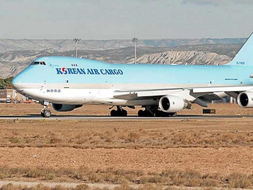 Avión de carga en el aeropuerto zaragozano
