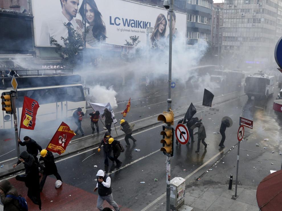 La policía antidisturbios usa cañones de agua y gases lacrimógenos
