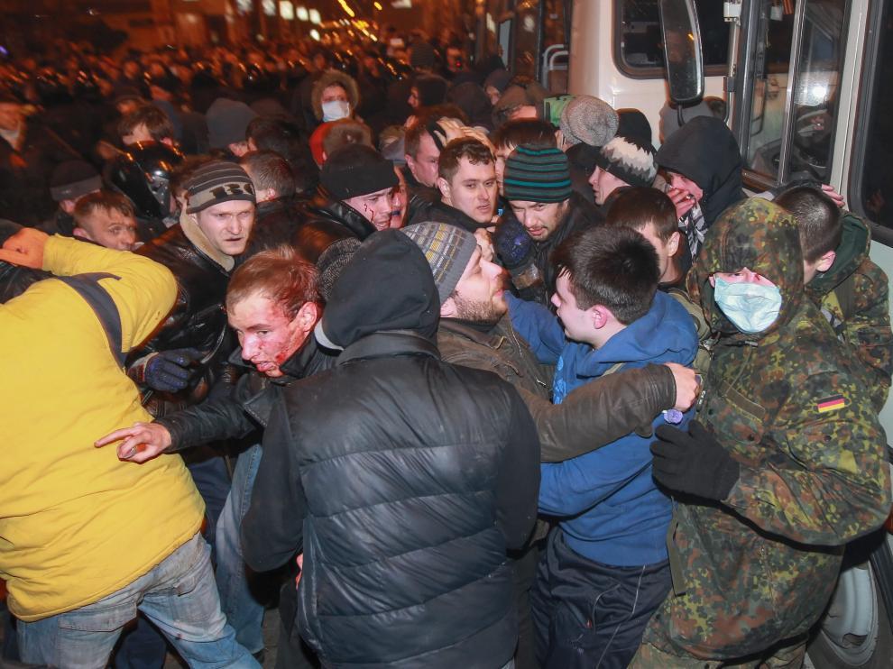 Manifestantes de Single Ukraine chocan con un grupo de personas simpatizantes de Rusia