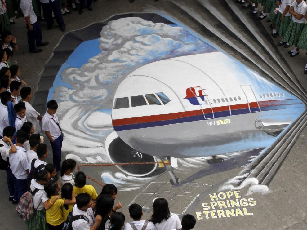 Muestras de apoyo a los pasajeros del desaparecido avión malasio