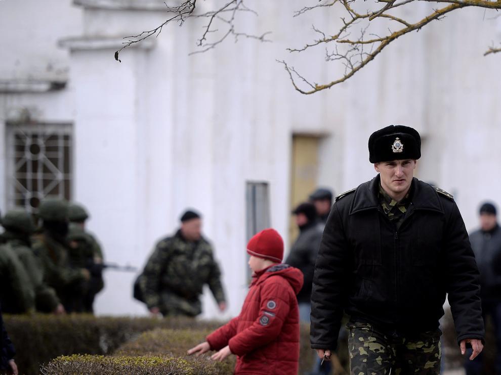 Un oficial ucraniano abandona el cuartel de la Armada ucraniana en Crimea