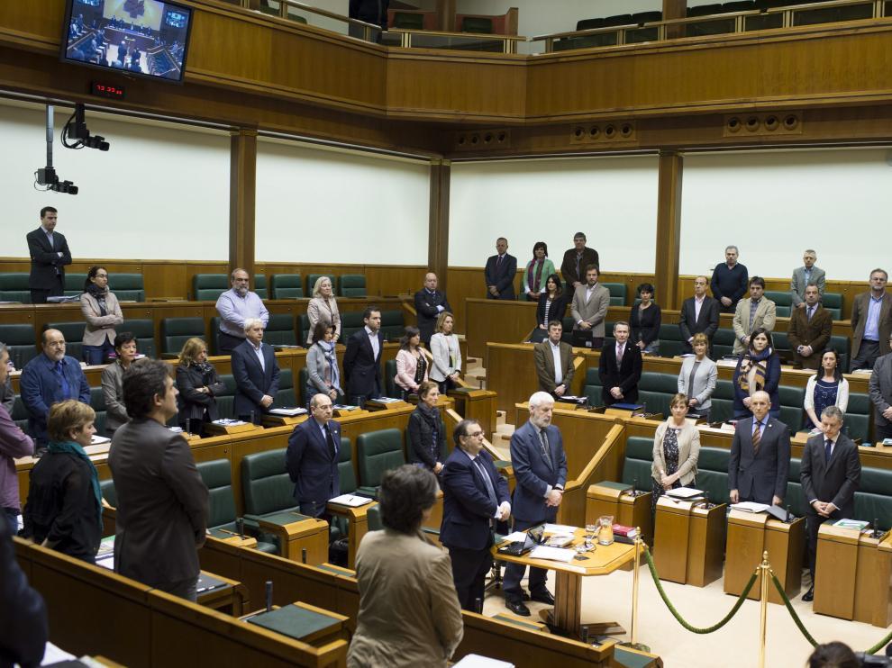 Minuto de silencio por Iñaki Azkuna en el Parlamento vasco