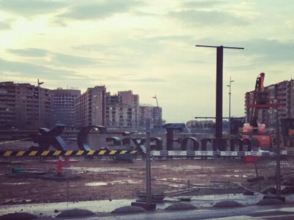 El cartel del Caixaforum, a los pies del edificio