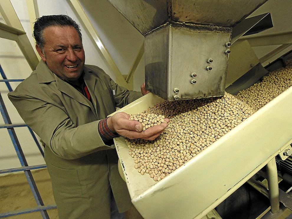 Fernando Allué muestra parte de su producción en su planta clasificadora de Lierta.