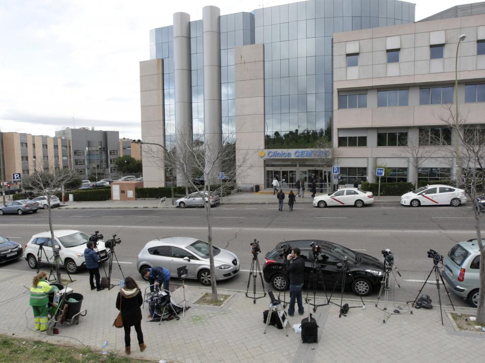 Los medios de comunicación permanecen en el exterior de la clínica Cemtro de Madrid