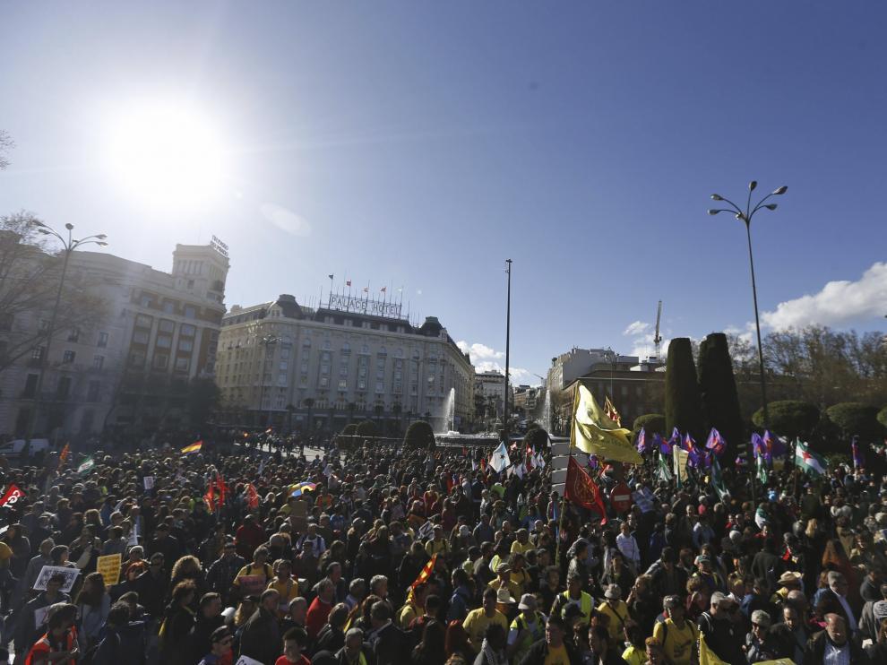 Miles de personas se concentran en la plaza de Neptuno
