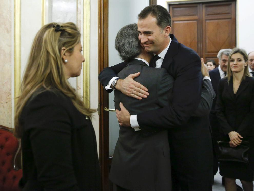 Don Felipe abraza al hijo de Adolfo Suárez