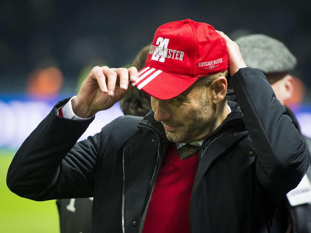 Pep Guardiola con la gorra de conmemoración por el título liguero del Bayern de Múnich
