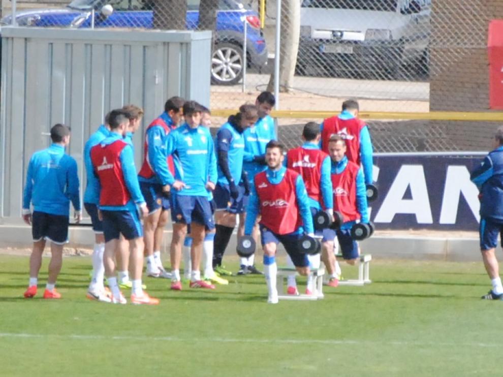 Los jugadores del Real Zaragoza realizan ejercicios físicos
