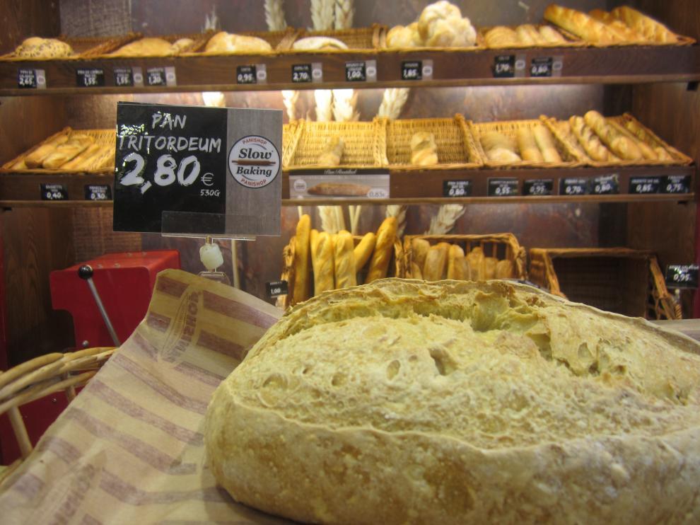 Panes de tritordeum en el expositor de una tienda zaragozana de Panishop.