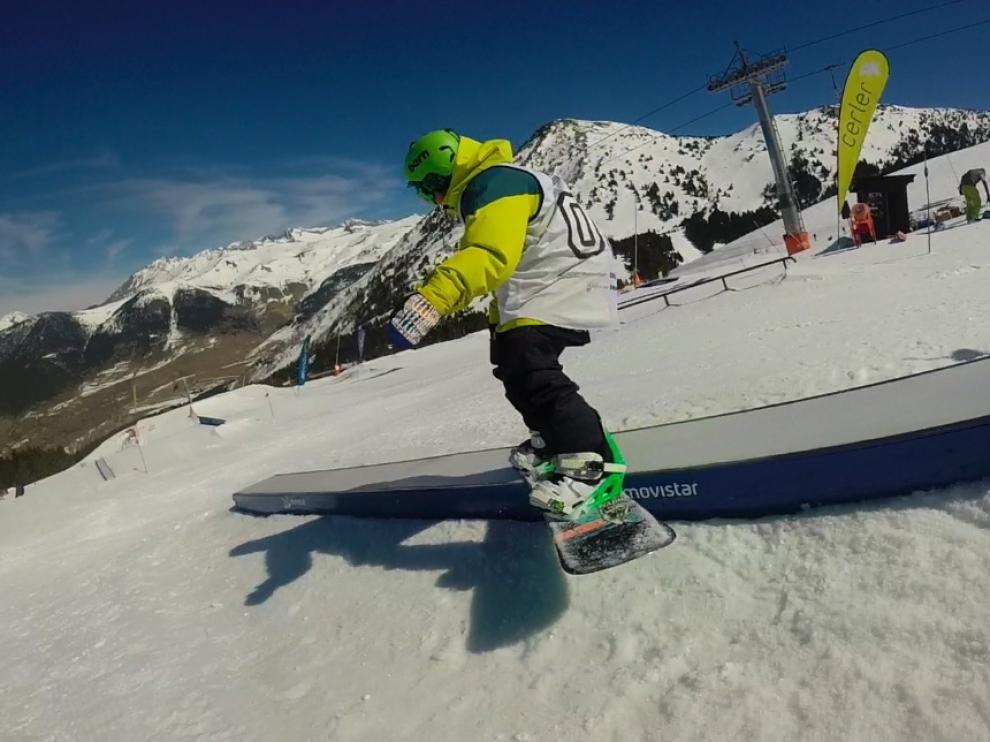 P., practicando snowboard