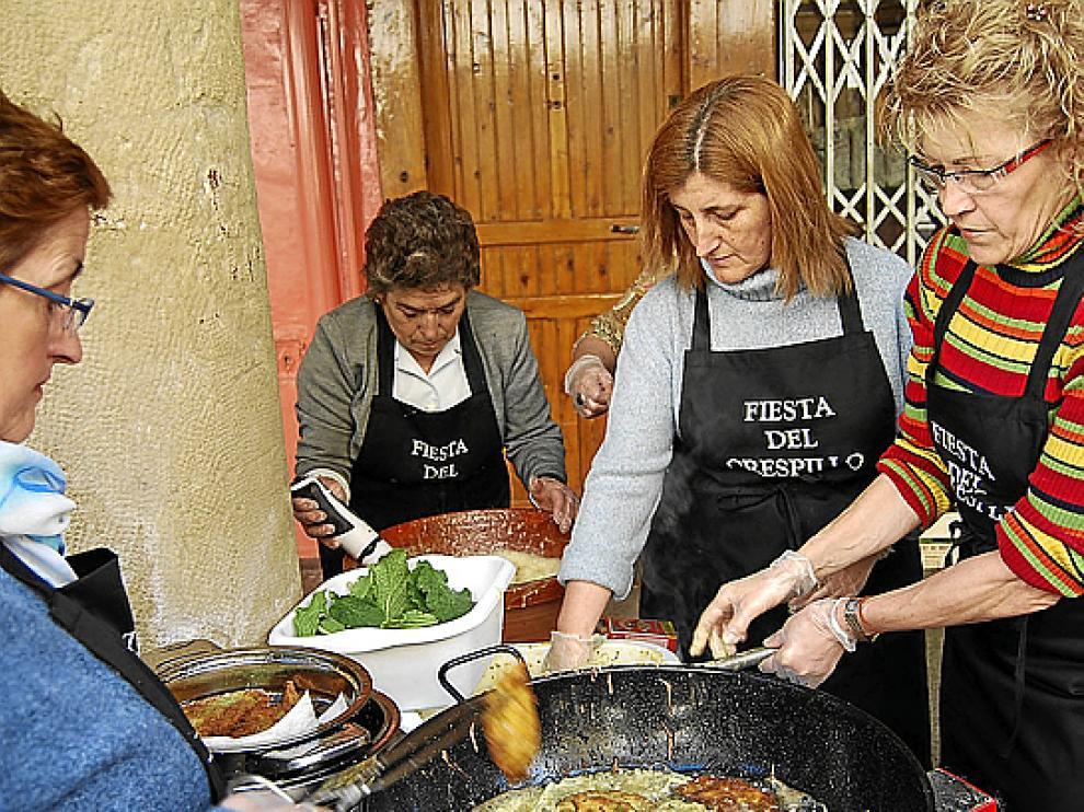 El aceite de oliva es el más indicado para freir. En la imagen, unas mujeres friendo crespillos en Barbastro.