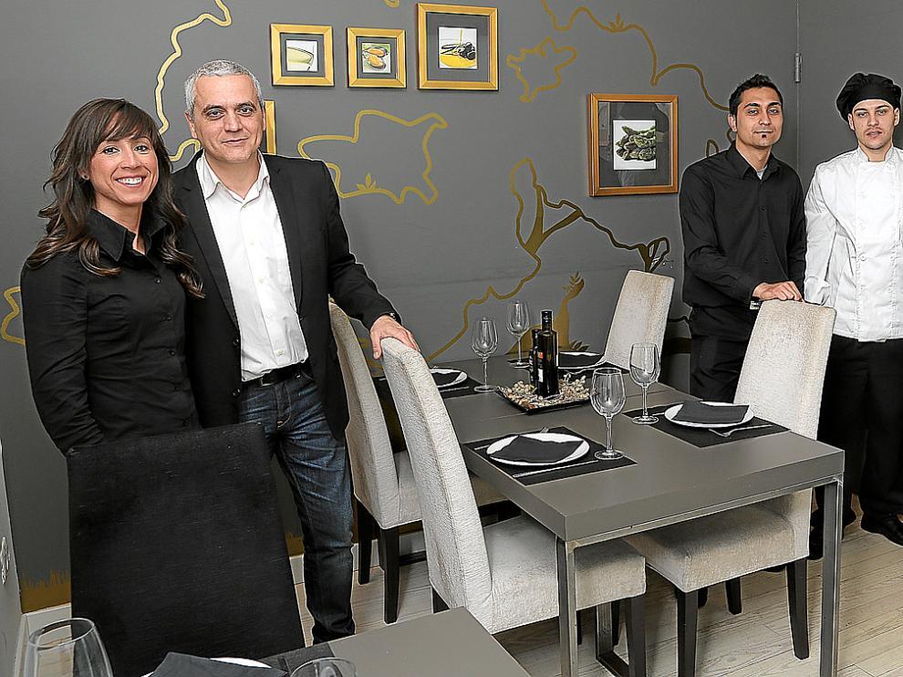 El equipo humano del bar restaurante El Portal del Jamón, de Zaragoza